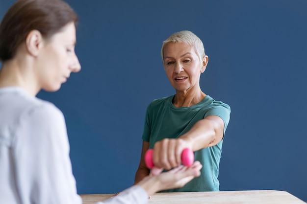 心理学者と作業療法セッションをしている年配の女性