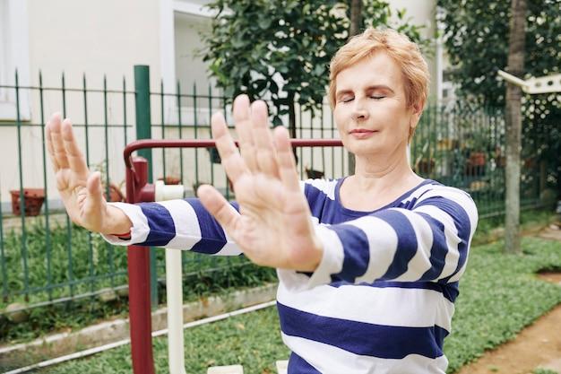 呼吸運動をしている年配の女性