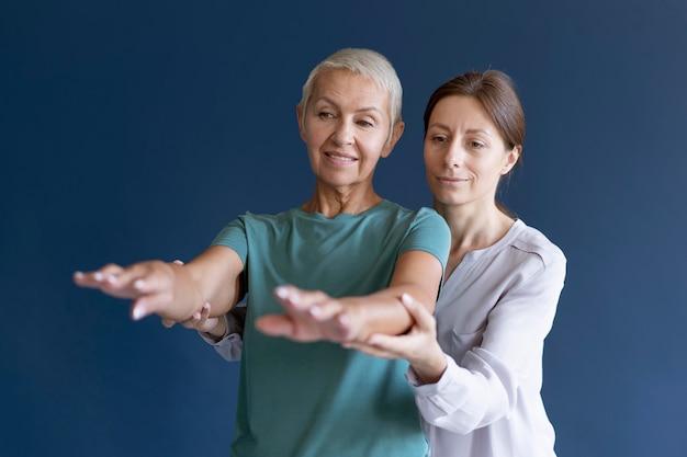 Donna anziana che fa una sessione di terapia occupazionale con uno psicologo