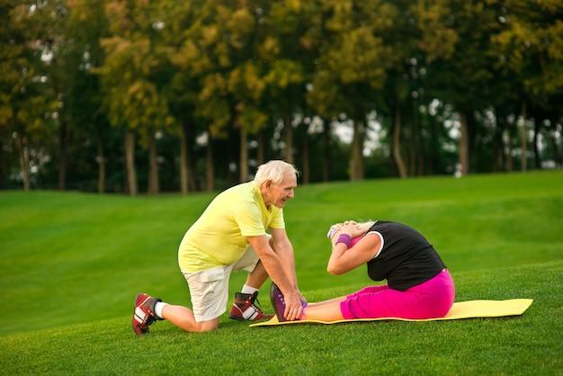 Старшая женщина, занимающаяся физическими упражнениями