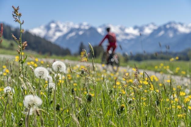 Senior donna su mountain bike elettrica