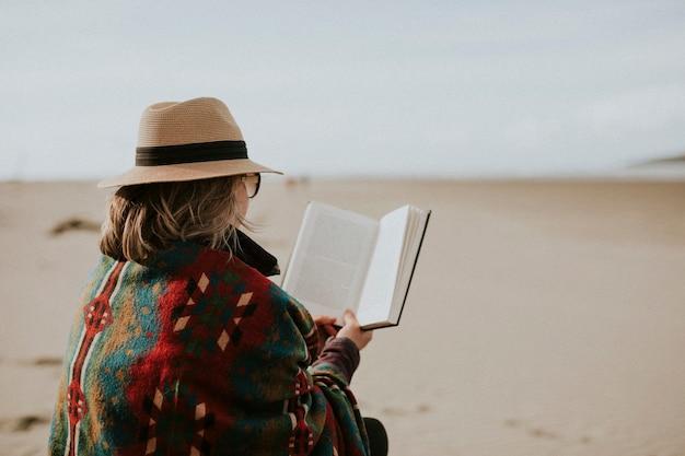 휴일에 그녀의 책을 즐기는 수석 여자