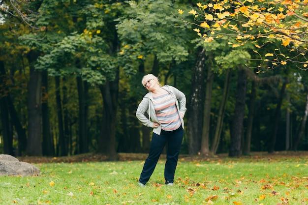 공원에서 운동하는 고위 여자