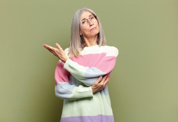 Старшая женщина чувствует себя смущенной и невежественной, задаваясь вопросом о сомнительном объяснении или мысли