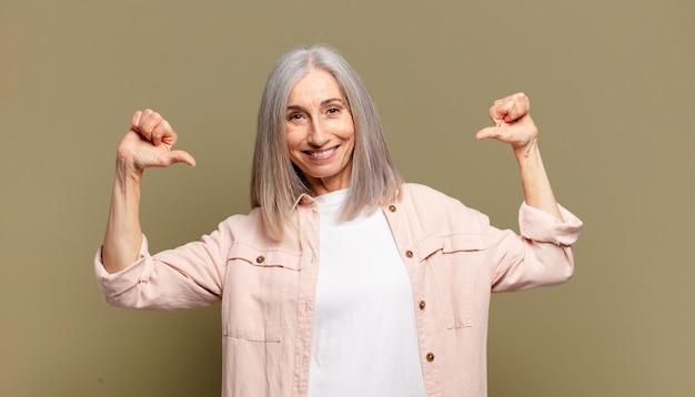 誇り、傲慢、自信を持って、満足して成功しているように見え、自己を指している年配の女性