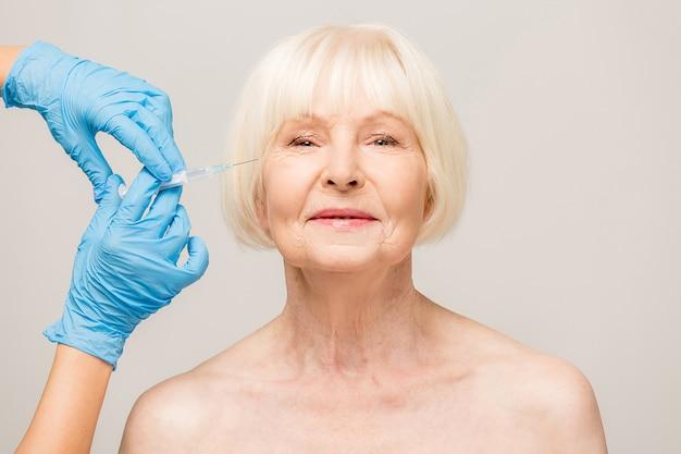 피부 관리 주입을 받고 고위 여자입니다. 주입 절차를 갖는 세 여자. 병원에서 주사로 미용 치료. 화이트 이상 격리.