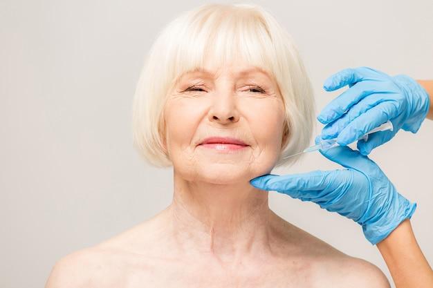 피부 관리 주입을 받고 고위 여자입니다. 주입 절차를 갖는 세 여자. 병원에서 주사로 미용 치료.