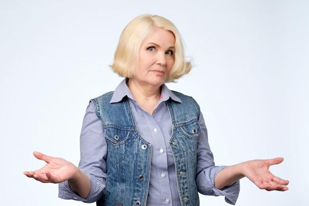 疑わしいジェスチャーを持つ年配の女性