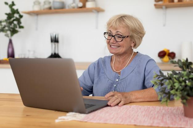 家族とビデオ通話をしている年配の女性