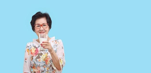 우유 한 잔을 들고 고위 여자