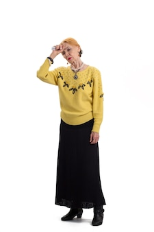 立っている頭痛のある孤立した女性の錠剤を保持している年配の女性はアスピリンを服用する必要があります