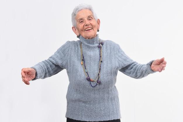 白い背景の上を抱いて年配の女性