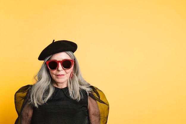 ファッション撮影の年配の女性
