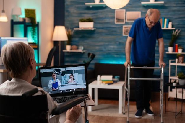 ビデオ通話技術を使用して車椅子の年配の女性