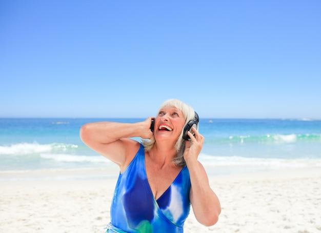 바다 옆에 어떤 음악을 듣고 고위 여자