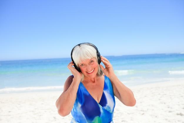 일부 음악을 듣고 고위 여자