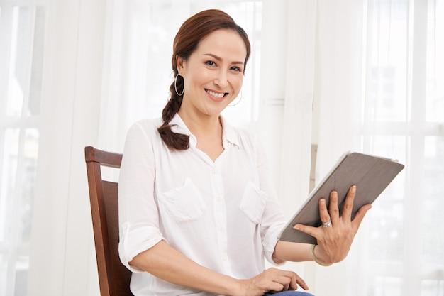 ビデオ通話をする年配の女性