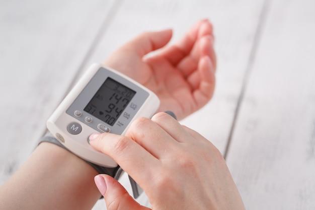 年配の女性が血圧を測定します。健康管理