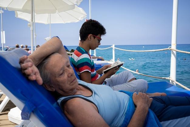 孫と桟橋の年配の女性孫の喜びと桟橋の年配の女性高品質の写真