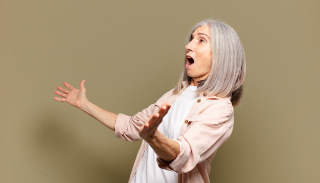 オペラを演奏したり、コンサートやショーで歌ったり、ロマンチックで芸術的で情熱的な年配の女性