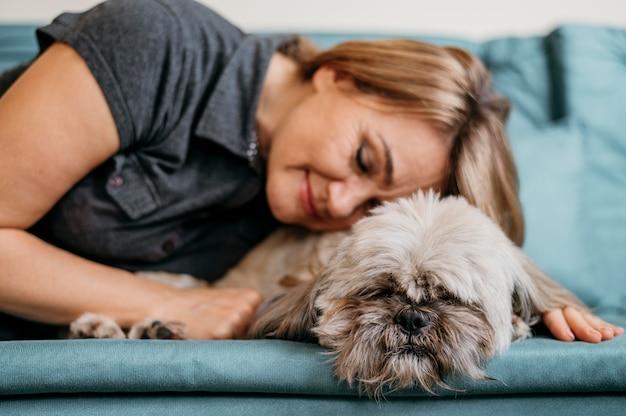 Старшая женщина, лаская ее собаку