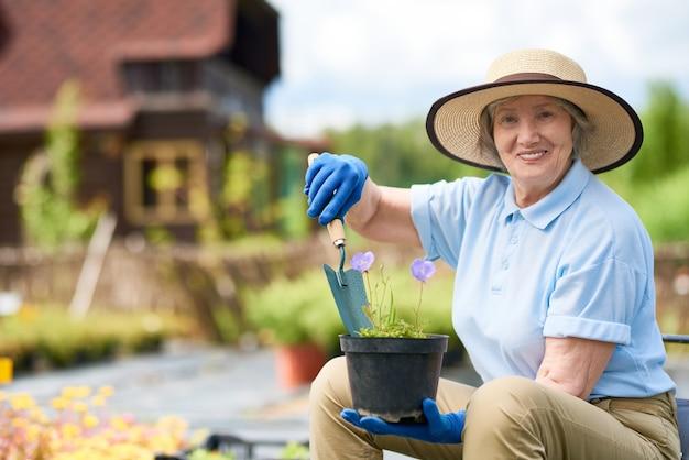 花を植える年配の女性