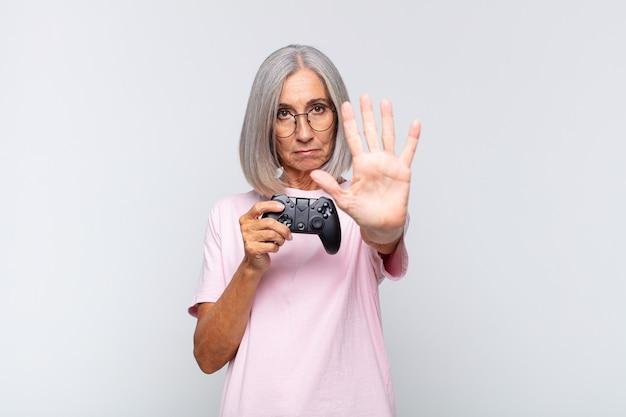 Старшая женщина играет с контроллером