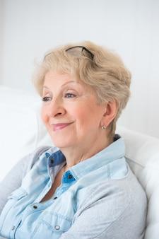 Портрет старшего женщины, дома с белыми волосами