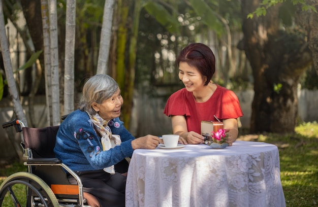 裏庭で娘とリラックスした年配の女性。