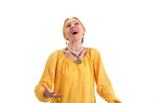 Старшая женщина поет старушка на белом фоне сила голоса