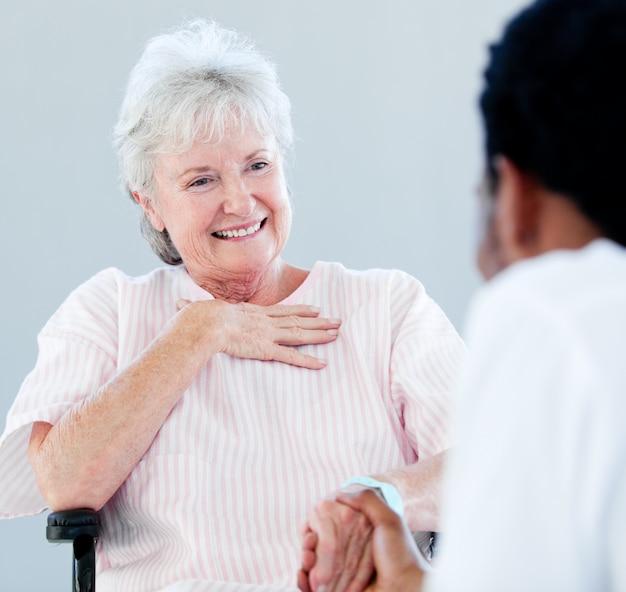 그녀의 의사와 얘기하는 휠체어에 앉아 고위 여자