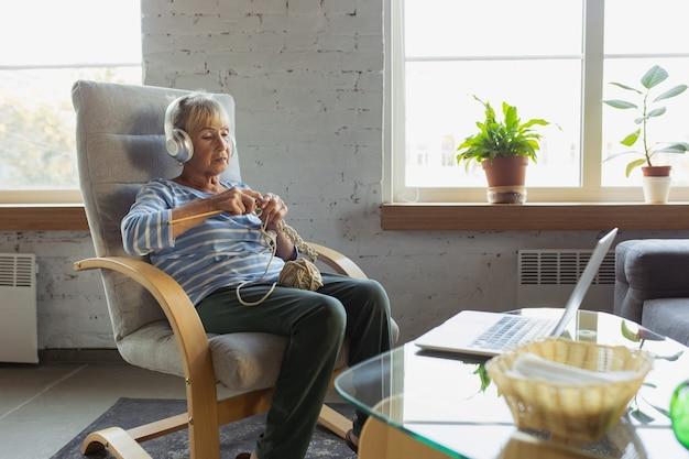 Старшая женщина учится дома, получает онлайн-курсы