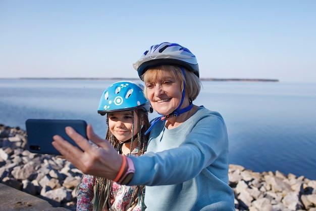 ローラースケートに乗った後、年配の女性が孫と一緒に自分撮りをする健康的なライフスタイル