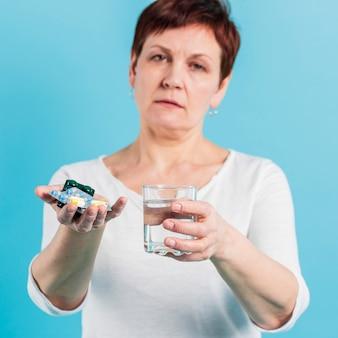 Donna senior che prende le pillole