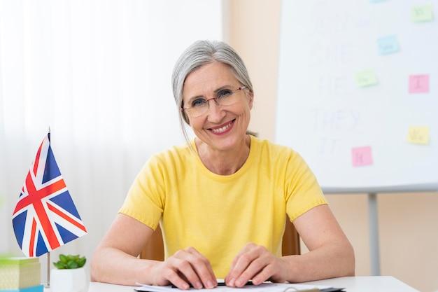 Старшая женщина преподает уроки английского языка дома