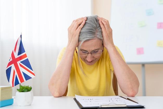 Donna anziana che insegna lezioni di inglese a casa