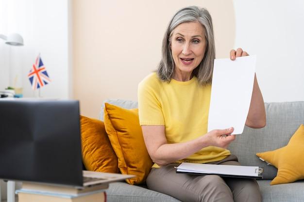 英語を教える年配の女性