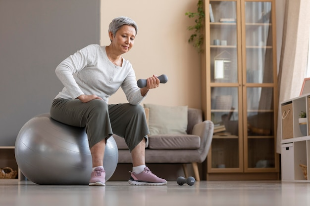 自宅でトレーニングする年配の女性
