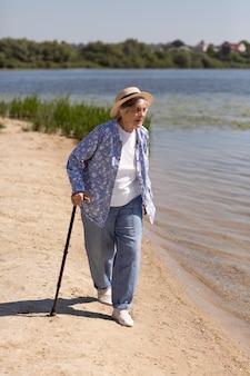 夏の年配の女性旅行者