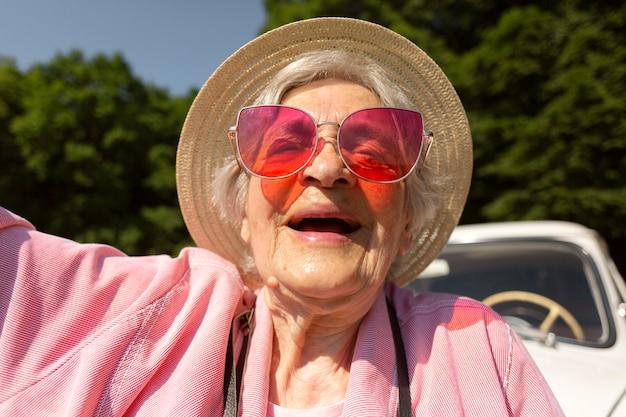Donna anziana che viaggia da sola e si diverte