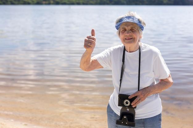 夏に一人旅をする年配の女性