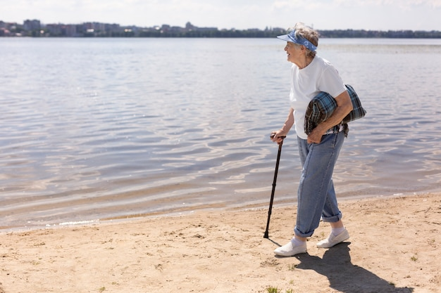 Donna anziana che viaggia da sola in estate