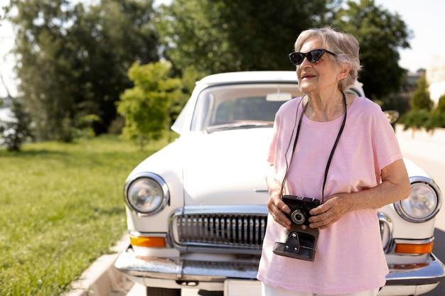 Donna anziana che viaggia da sola