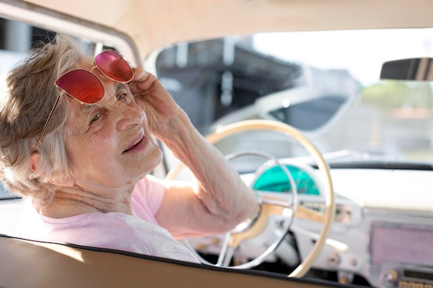 昼間車で旅行する年配の女性