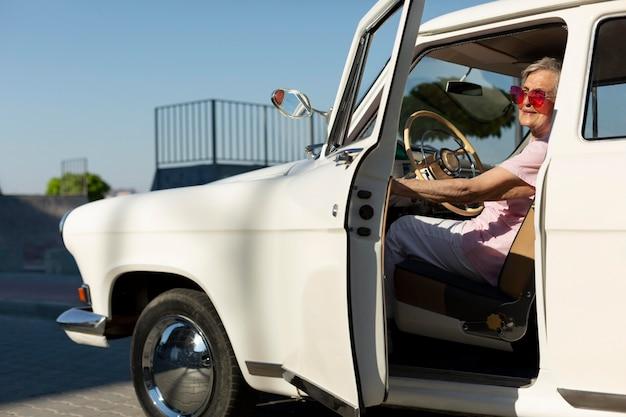 車で旅行する年配の女性 Premium写真