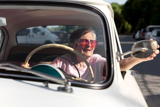 Старшая женщина, путешествующая на машине