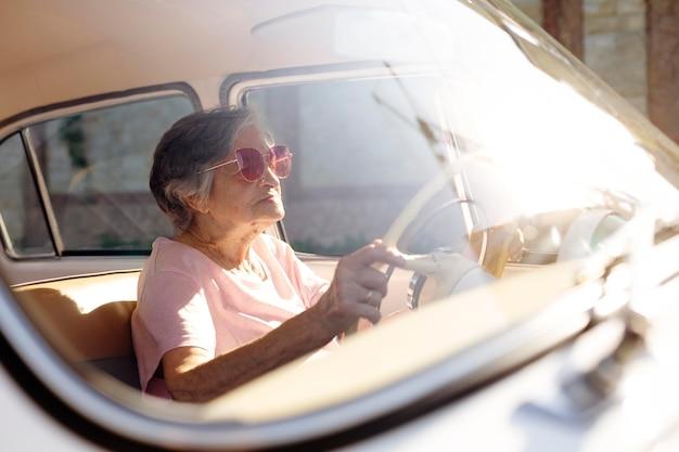 車で旅行する年配の女性