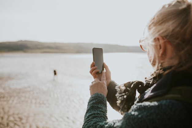 디자인 공간이 있는 스마트폰 디지털 장치 화면을 사용하는 시니어 여성