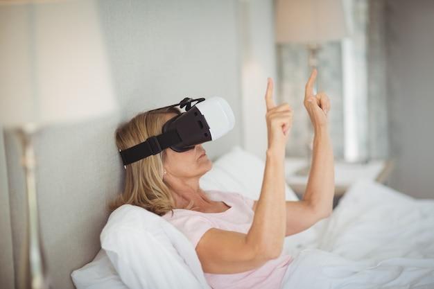 仮想現実のヘッドセットを使用して年配の女性