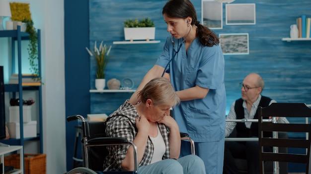 医療援助を受けている慢性障害のある年配の女性